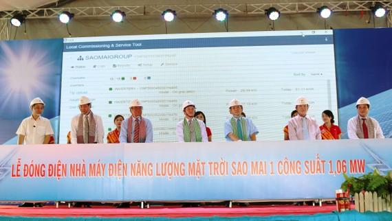 Lãnh đạo Sao Mai Group và lãnh đạo Koyo Group cùng lãnh đạo các tỉnh An Giang, Đồng Tháp, Ninh Thuận thực hiện nghi thức đấu nối điện NLMT vào hệ thống điện lưới quốc gia