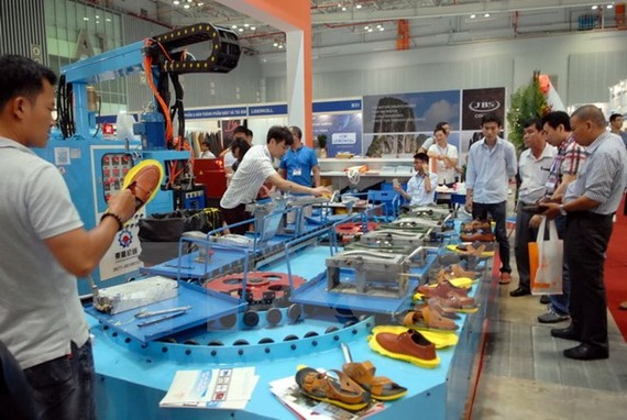 Khách tham quan các gian hàng máy móc sản xuất giày.