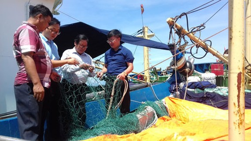 Đại diện chính quyền địa phương ở tỉnh Thừa Thiên - Huế gặp gỡ chủ tàu vỏ thép để hỗ trợ