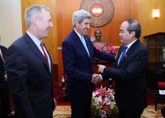 Bí thư Thành Ủy Nguyễn Thiện Nhân vui  mừng gặp lại  cựu Ngoại trưởng Hoa Kỳ ông John Kerry