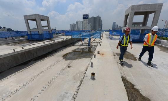 Việc lắp đặt đường ray metro sẽ thực hiện trước ở đoạn metro trên cao dài 17,1 km - Ảnh: QUANG ĐỊNH