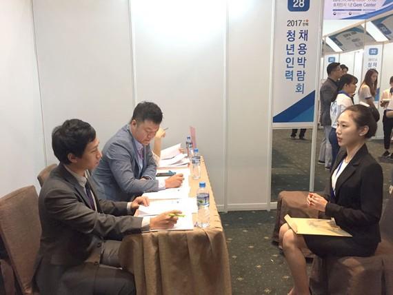 Doanh nghiệp Hàn Quốc phỏng vấn các ứng viên tại Ngày hội Tuyển dụng Nhân tài Hàn – Việt.