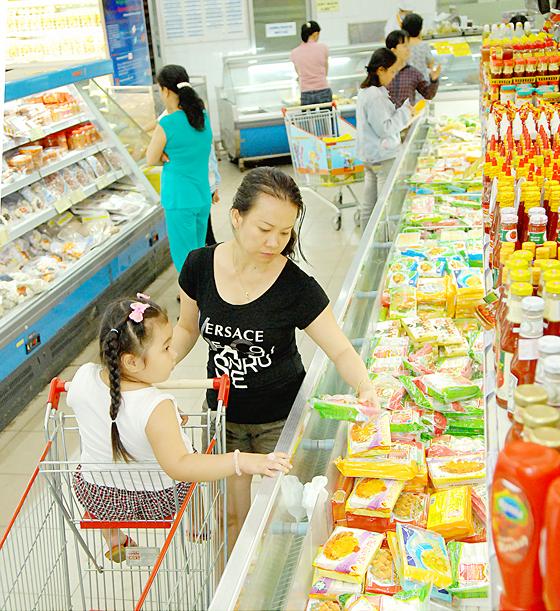 Mua sắm tại siêu thị doanh nghiệp trong nước. Ảnh: CAO THĂNG