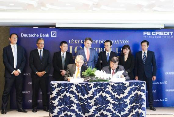 Ông Birendra Baid – Giám Đốc Vùng Kiêm Giám Đốc Khối Hợp Vốn Vay -  Deutsche Bank Khu Vực Châu Á  và Ông  Kalidas Ghose – Tổng Giám Đốc FE CREDIT  thực hiện ký kết hợp đồng