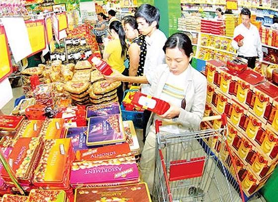 Chọn mua bánh kẹo tết tại Co.opMart Cống Quỳnh. Ảnh: THANH TÂM