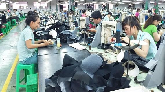 Công nhân ngành dệt may, da giày đang đối mặt với nguy cơ mất việc trong cuộc cạnh tranh công nghệ