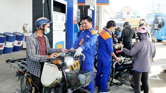 Khách hàng dùng xăng E5. Ảnh: CAO THĂNG