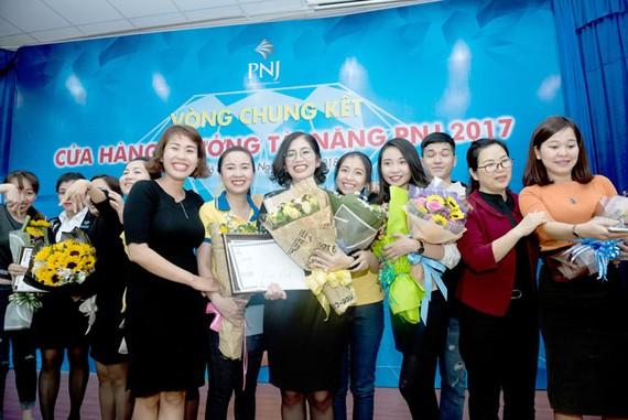 Phút giây hạnh phúc của Nguyễn Thanh Vy cùng đồng nghiệp.