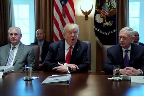 Tổng thống Donald Trump (giữa) trong phiên họp nội các ngày 10/1. Ảnh: Reuters