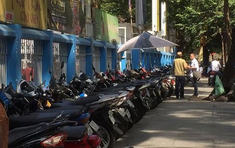 Một người đàn ông tổ chức giữ xe và thu tiền trên đường Nguyễn Văn Chiêm (P.Bến Nghé, Q.1, TP.HCM)