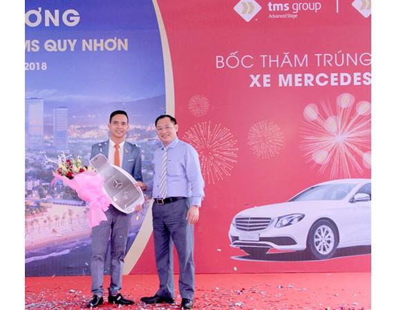 Tổng Giám đốc Nguyễn Việt Thung (bên phải) trao biểu trưng chìa khóa xe Merdeces E200 cho đại diện của bà Hoa