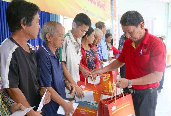 Ông Nguyễn Văn Quang - Chủ tịch Công đoàn Tập đoàn Sao Mai phát quà cho bà con tại phường Mỹ Bình, TP. Long Xuyên, AN Giang