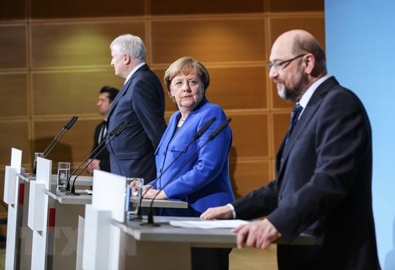 Thủ tướng Đức Angela Merkel (trái) và lãnh đạo đảng SPD Martin Schulz ( phải) tại buổi họp báo sau cuộc đàm phán ở Berlin ngày 12/1. (Nguồn: AFP/TTXVN)