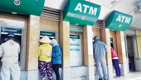"""NHNN """"lệnh"""" các ngân hàng không được để ATM thiếu tiền"""