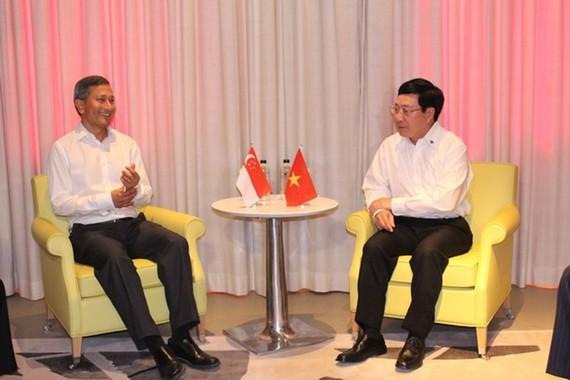 Phó Thủ tướng, Bộ trưởng Ngoại giao Phạm Bình Minh gặp song phương Bộ trưởng Ngoại giao Singapore Vivian Balakishnan. (Nguồn: TTXVN)