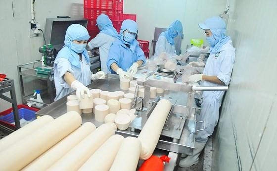 Doanh nghiệp chế biến thực phẩm nội: Đứng vững trong khó khăn