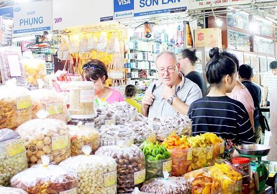 Du khách nước ngoài mua đặc sản tết tại chợ Bến Thành, TPHCM