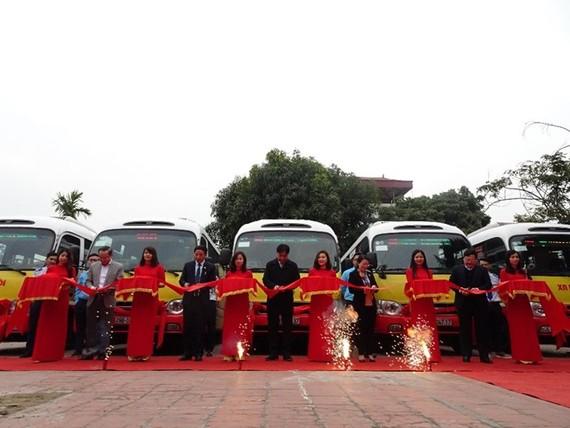 Các đại biểu cắt băng khai trương tuyến buýt mới số 108.(Ảnh: Việt Hùng/Vietnam+)
