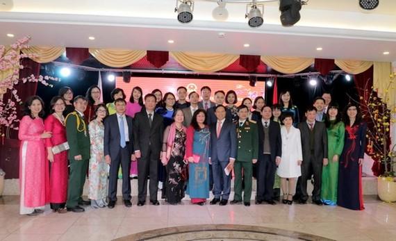 Cán bộ Đại sứ quán Việt Nam tại Nga chụp ảnh lưu niệm. (Ảnh: Quang Vinh/Vietnam+)