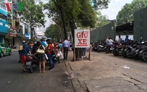 Một bãi giữ xe trên đường Huỳnh Thúc Kháng, Quận 1 thu vượt gấp 3 giá quy định.