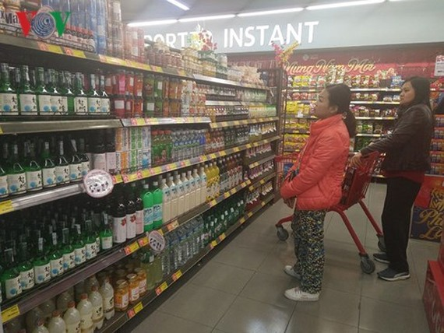 """Hàng trong siêu thị phải """"cõng"""" thêm nhiều loại phí."""
