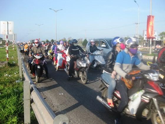 Rất nhiều người dân từ Hậu Giang, Sóc Trăng, Bạc Liêu... lên TPHCM, Bình Dương làm việc, phải đi qua địa phận TP Cần Thơ vào sáng mùng 5 Tết, nhưng giao thông thông thoáng, không bị kẹt xe...