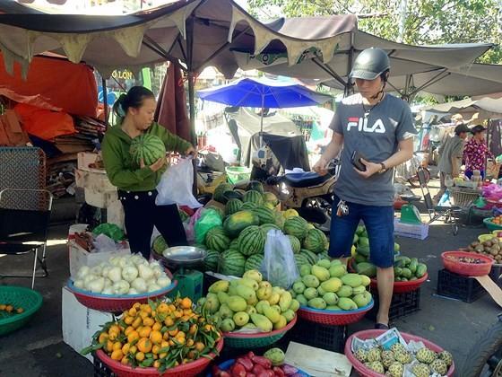 Khách mua hàng tại chợ truyền thống ở TPHCM