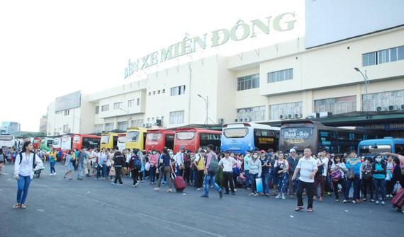 Người dân lũ lượt về lại TPHCM.