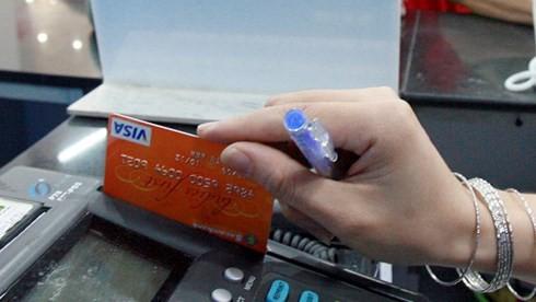 Hà Nội phấn đấu đến cuối năm 2020 có 100% siêu thị, cơ sở phân phối hiện đại có thiết bị chấp nhận thẻ. (Ảnh: KT)
