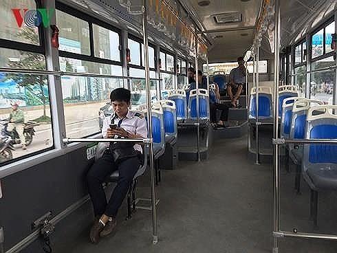 BRT giành một làn đường ưu tiên nhưng vắng khách trong khi bên cạnh các phương tiện chen chúc từng mét đường.