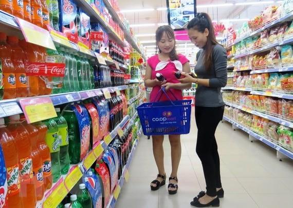 Người dân mua sắm tại siêu thị. (Ảnh: Võ Dung/TTXVN)