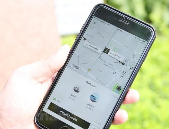 Hành khách gọi xe thông qua ứng dụng phần mềm của Uber. (Ảnh: Doãn Đức/Vietnam+)