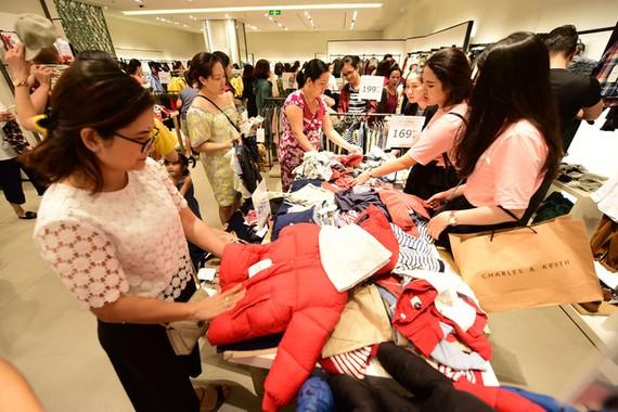 Kinh doanh tại Trung tâm thương mại không còn dễ dàng nếu không thay đổi kịp cùng xu hướng, nhu cầu của khách hàng - Ảnh: QUANG ĐỊNH