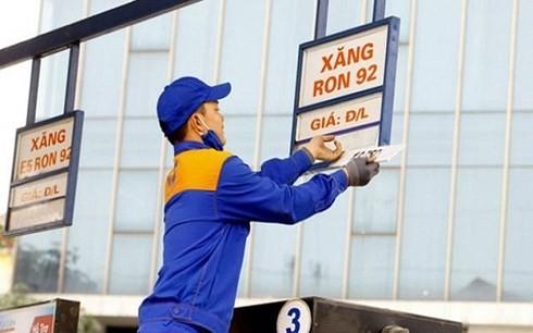 Bộ Tài chính đề xuất tăng thuế BVMT với xăng dầu lên mức kịch trần (Ảnh minh họa: KT)