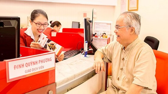 Theo quy định hiện hành, người gửi tiền phải trực tiếp thực hiện giao dịch tại tổ chức nhận tiền gửi tiết kiệm. Ảnh: HUY ANH