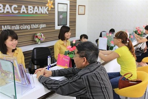 """Nhiều người lo ngại tình trạng thu phí """"dây chuyền"""" sẽ diễn ra tại các ngân hàng khác (Ảnh: KT)"""