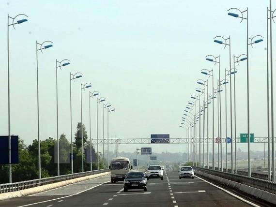 Phương tiện lưu thông trên tuyến đường cao tốc Ninh Bình-Cầu Giẽ. (Ảnh: Huy Hùng/TTXVN)
