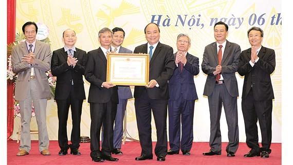 Thủ tướng Nguyễn Xuân Phúc trao Huân chương Lao động hạng ba cho Ủy ban Giám sát tài chính quốc gia