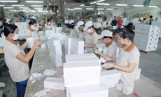 Sản xuất đồ gỗ xuất khẩu tại Công ty gỗ Đức Thành. Ảnh: CAO THĂNG