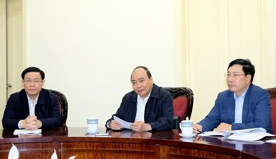 Thủ tướng Nguyễn Xuân Phúc, Phó Thủ tướng Phạm Bình Minh và Phó Thủ tướng Vương Đình Huệ tại cuộc họp. Ảnh: VGP