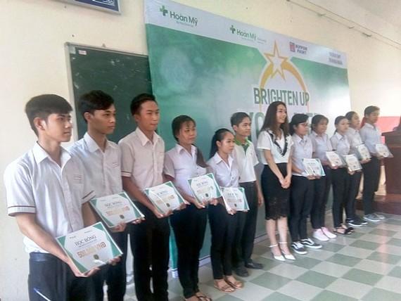 Trao học bổng cho học sinh hiếu học trường THPT Trần Đại Nghĩa.