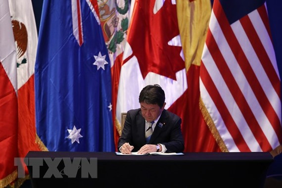 Bộ trưởng Kinh tế Nhật Bản Toshimitsu Motegi ký Hiệp định CPTPP tại hội nghị ở Santiago (Chile). (Nguồn: AFP/ TTXVN)