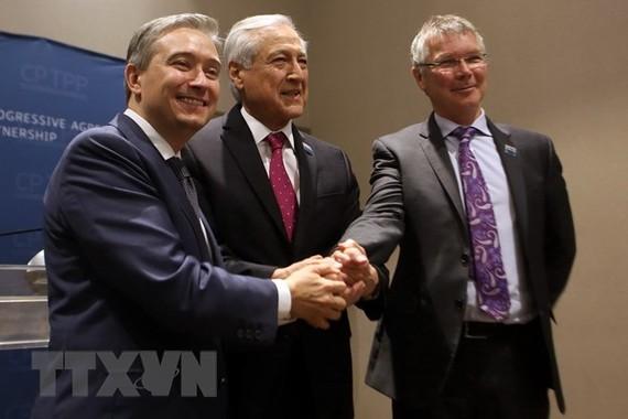 Bộ trưởng Thương mại quốc tế Canada Francois-Philippe Champagne (ảnh, trái), Bộ trưởng Thương mại New Zealand David Parker (phải) và Ngoại trưởng Chile Heraldo Muñoz (giữa). (Nguồn: AFP/TTXVN)