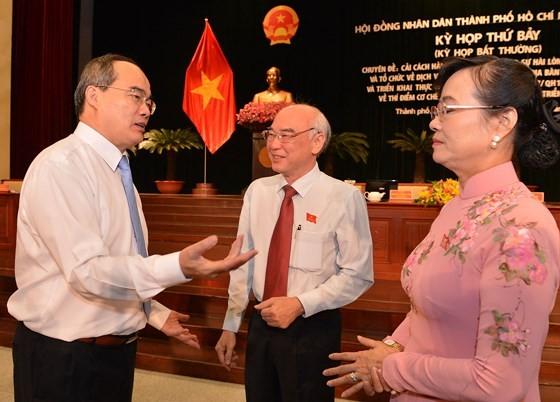Bí thư Thành ủy TPHCM Nguyễn Thiện Nhân trao đổi với Chủ tịch HĐND TPHCM tại kỳ họp. Ảnh: VIỆT DŨNG