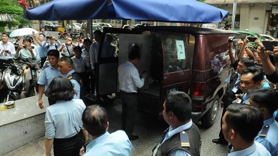 Xe của Bộ Công An có mặt tại Eximbank chi nhánh TPHCM. Ảnh: CHÍ THẠCH