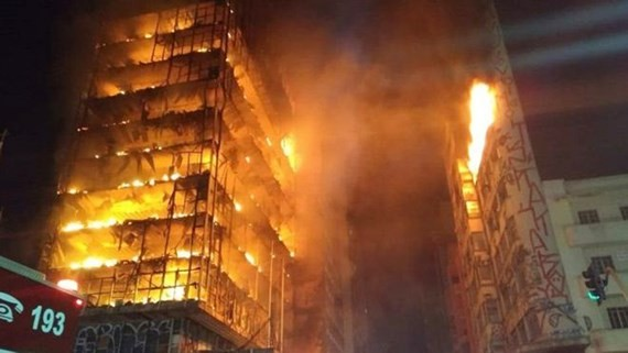 Ngọn lửa bao trùm tòa nhà văn phòng cũ 26 tầng bị chiếm ở bất hợp pháp ở khu Largo do Paissandu, São Paulo, Brazil, ngày 1-5-2018.