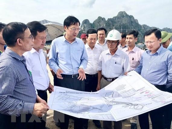Bí thư Tỉnh ủy Quảng Ninh Nguyễn Văn Đọc (thứ hai, bên trái) kiểm tra đất đai trên địa bàn huyện Vân Đồn. (Ảnh: Nguyễn Hoàng/TTXVN)