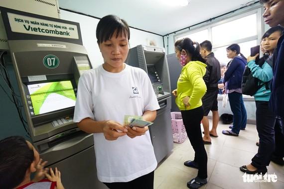 Sau Agribank, hai ngân hàng có lượng thẻ phát hành lớn khác là Vietcombank và VietinBank vừa thông báo tăng phí rút tiền nội mạng - Ảnh: QUANG ĐỊNH
