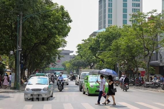 Đoạn đường thi công trước cổng Ga Hà Nội (Ảnh: Lê Minh Sơn/Vietnam+)