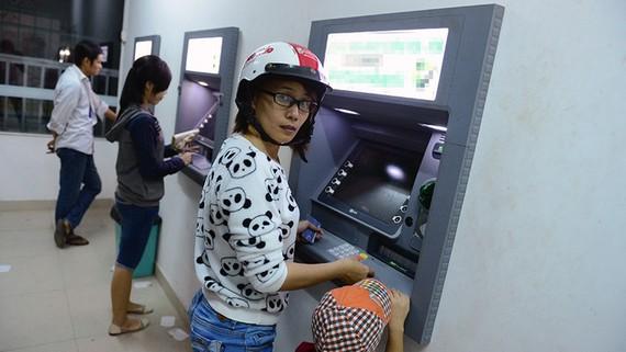 Tạm dừng tăng phí rút tiền ATM chỉ đến hết tháng 6?